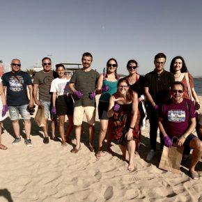 Jóvenes Cs de Illes Balears realizan un acto de sensibilización ambiental con la limpieza de playas