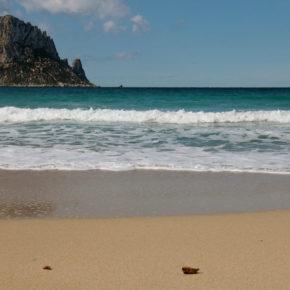 Ciudadanos quiere declarar Cala d'Hort como 'Playa sin humos'
