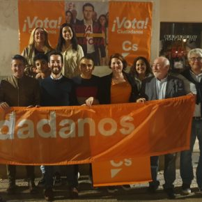"""Ciudadanos arranca una """"ilusionante campaña"""" en Ibiza con la tradicional pegada de carteles en Vara de Rey"""