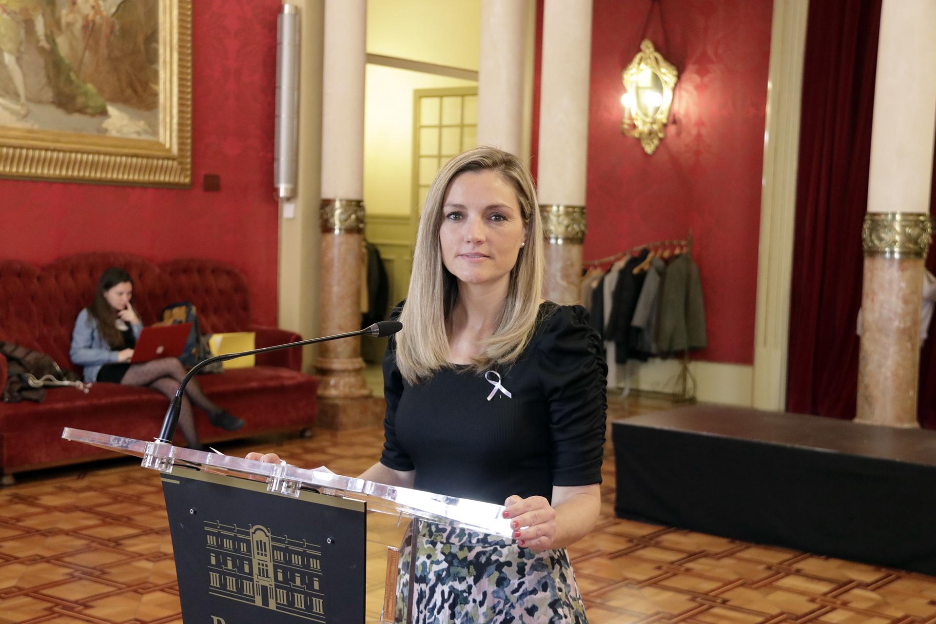 Patricia Guasp interviene ante los medios de comunicación durante la sesión plenaria del 10 de marzo.
